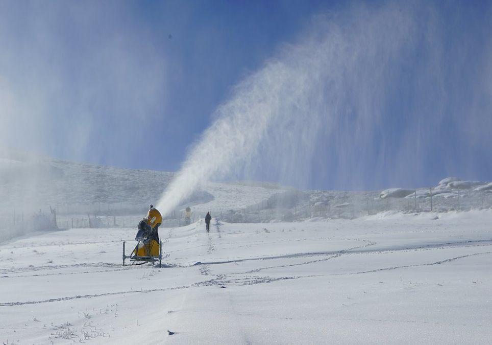 Cañón de nieve en funcionamiento en la estación de esquí Sierra de Béjar-La Covatilla.