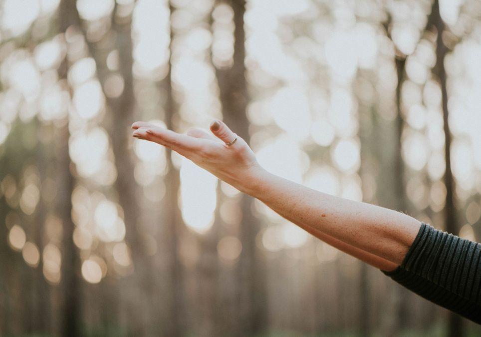 Mano y brazo comprobando la temperatura ambiental