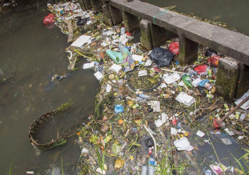 lixo; plástico; rio