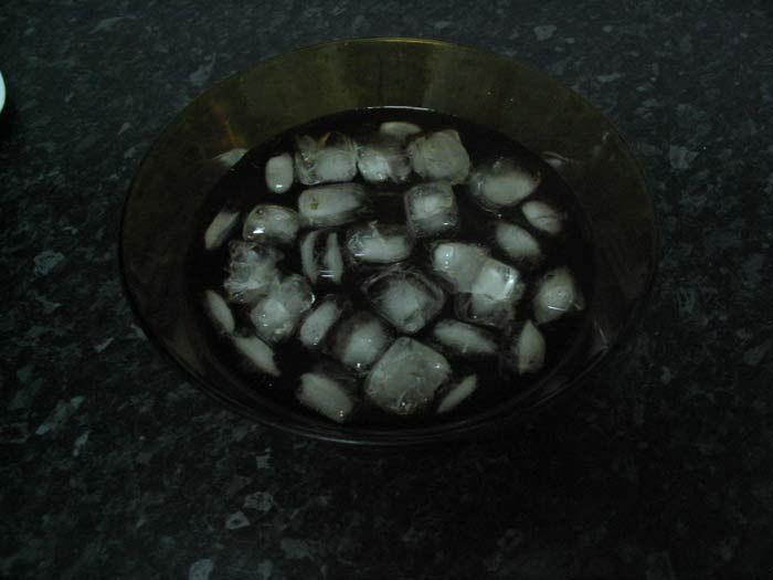 Recipiente-2 con agua fría y cubitos de hielo.