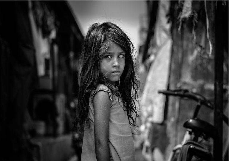 Foto banco y negro niña mirando hacia la cámara