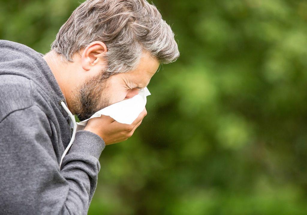 Persona estornudando