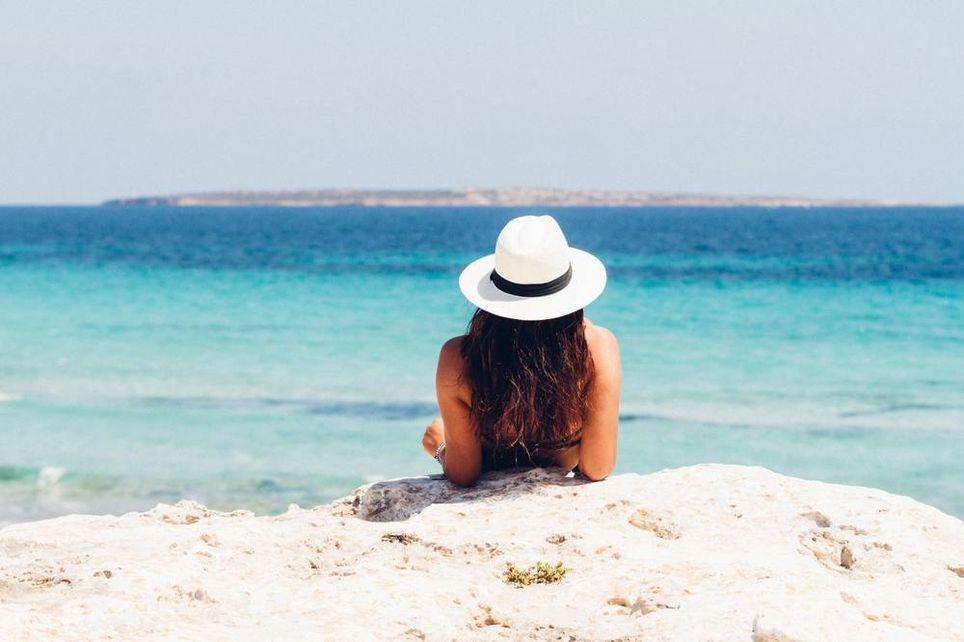 Beber abundantes líquidos, evitar el sol entre las 12 y las 16 horas e ir por la sombra son consejos básicos.
