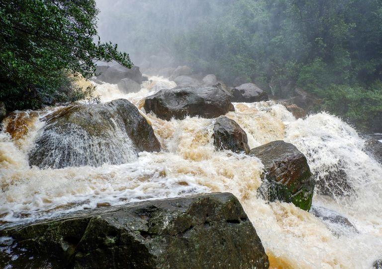 En una tormenta con gran precipitación NUNCA buscar refugio en el cauce de un arroyo porque puede producirse una avenida.