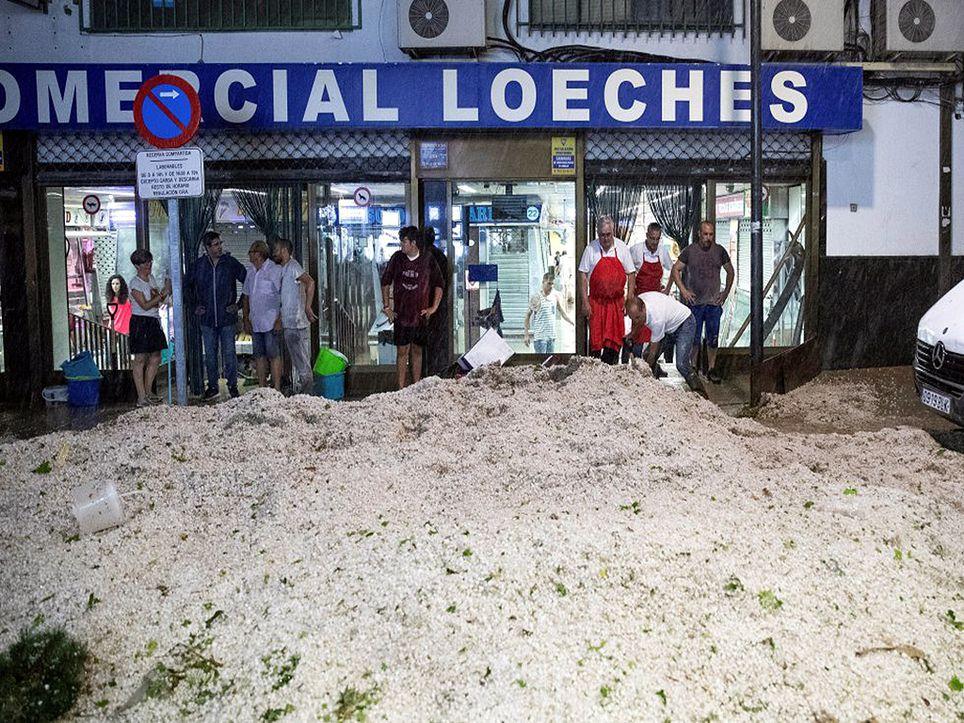 Calle llena de granizo en la localidad de Arganda del Rey, Madrid, en la tarde del 26 de agosto.