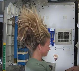 Agua, cabello, ausencia de gravedad e ISS