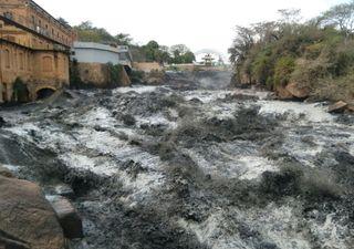 Água do Tietê fica preta como petróleo após abertura de barragens