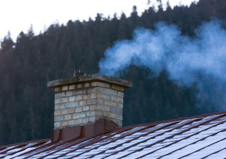 chimenea soltando humo