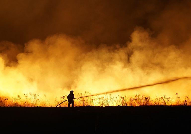 bombero combatiendo incendio