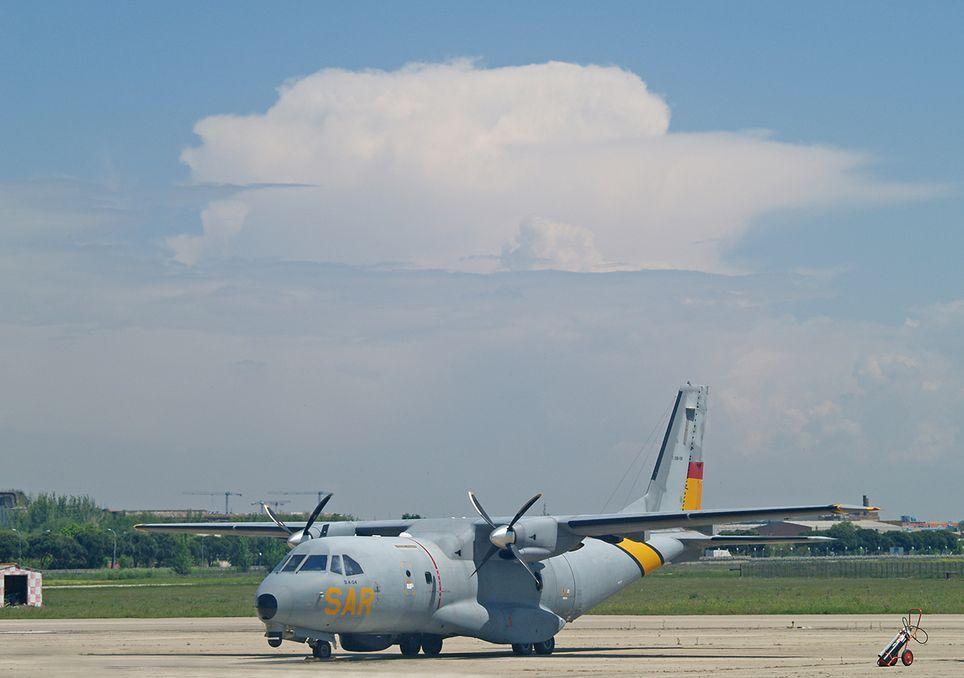 Avión y cumulonimbo
