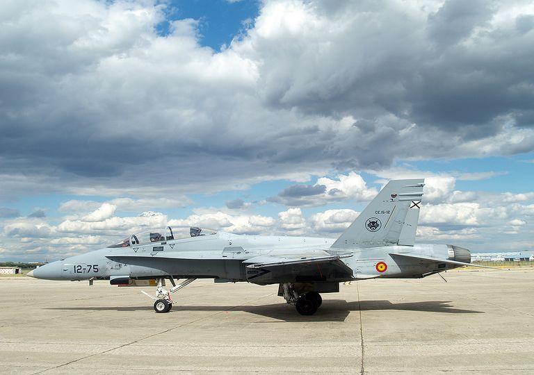 Avión de combate de McDonell Douglas, EF-18 Hornet del Ala 12 del Ejército del Aire Español, estacionado en el aeródromo de Getafe.