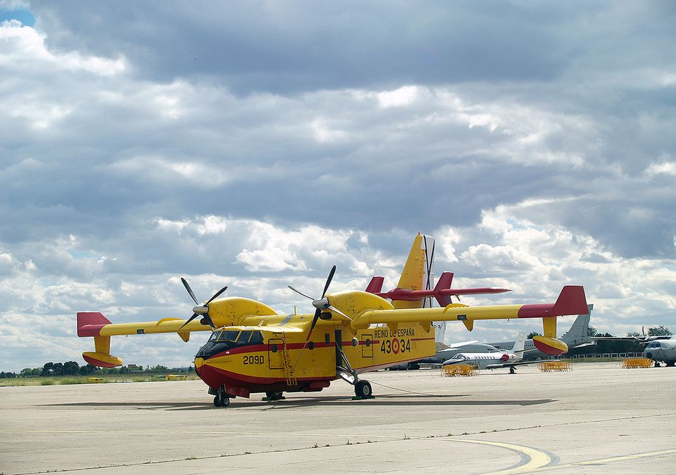 Avión contraincendios Canadair CL-215 del Ejército del Aire Español, estacionado en el aeródromo de Getafe.