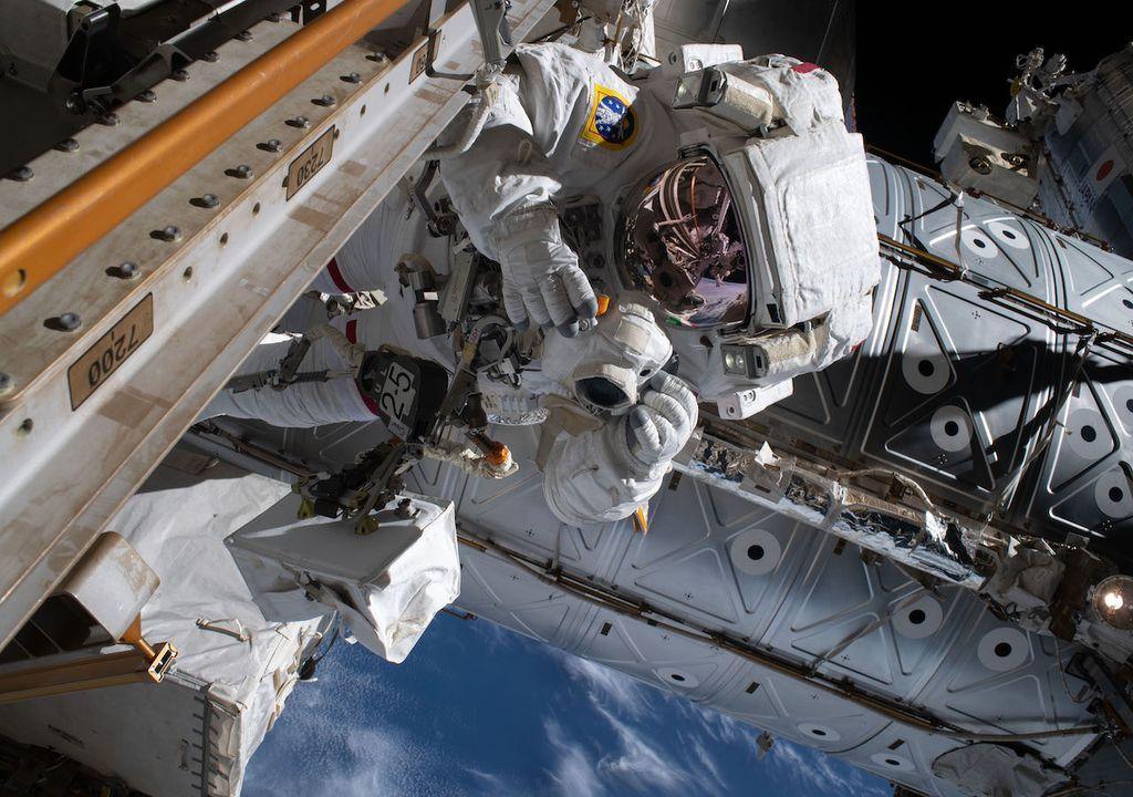 Astronauta tomando fotografía