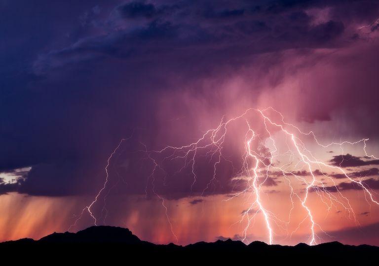 tormenta eléctrica sobre el desierto