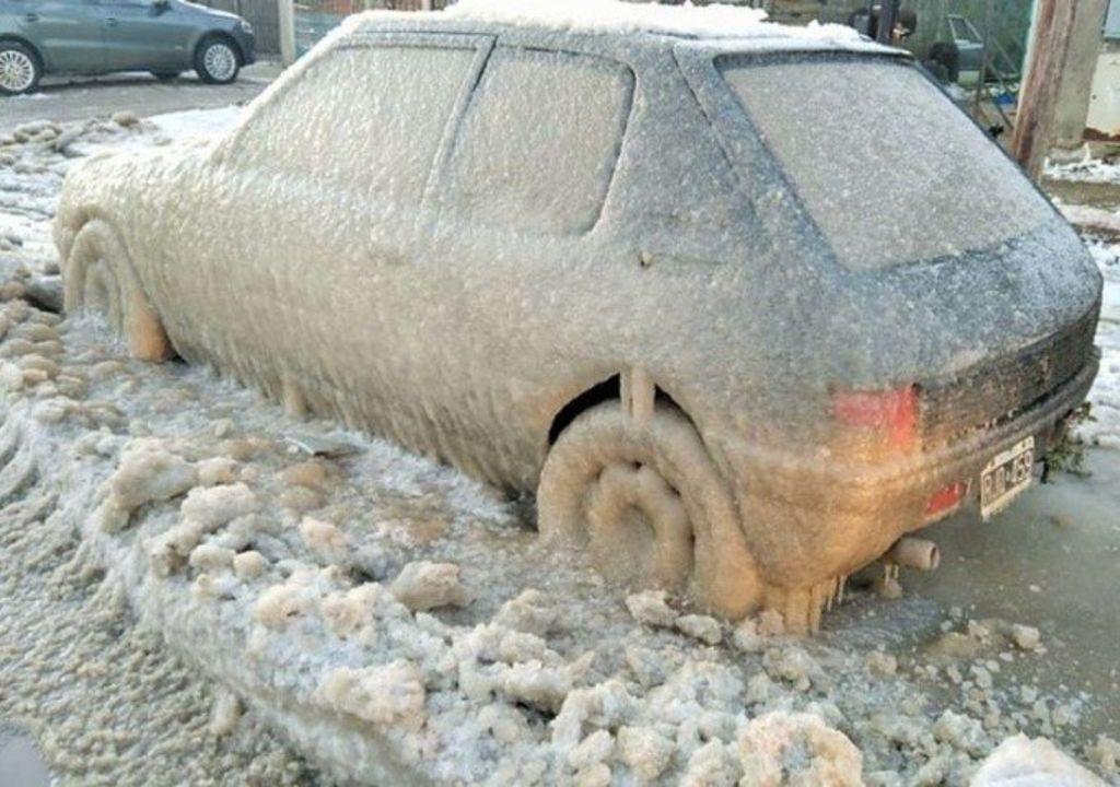 Carro congelado em Rio Grande, onda de frio na Argentina