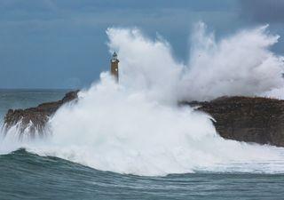 Avisos rojos por la borrasca Ernest: viento huracanado y olas gigantes