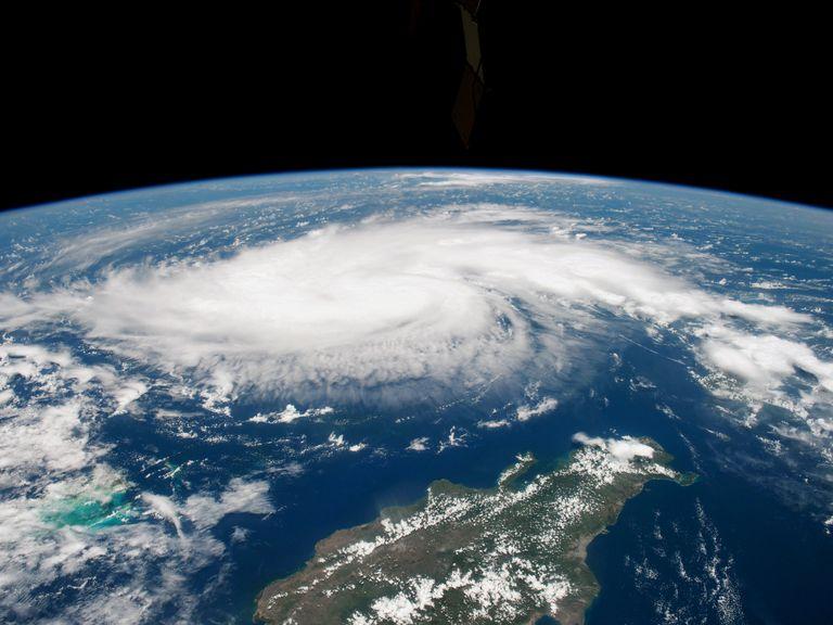 Dorian avanza sobre las Bahamas y amenaza a Florida que se mantiene en alerta
