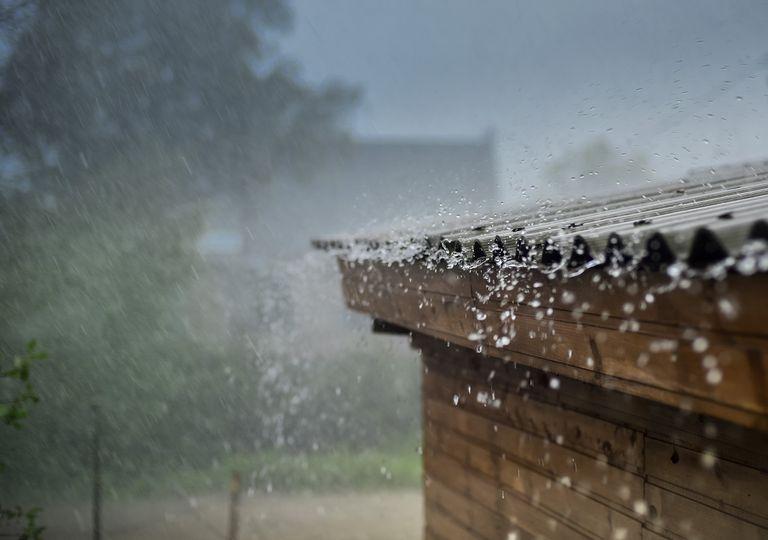 Lluvia cayendo en el techo de una casa