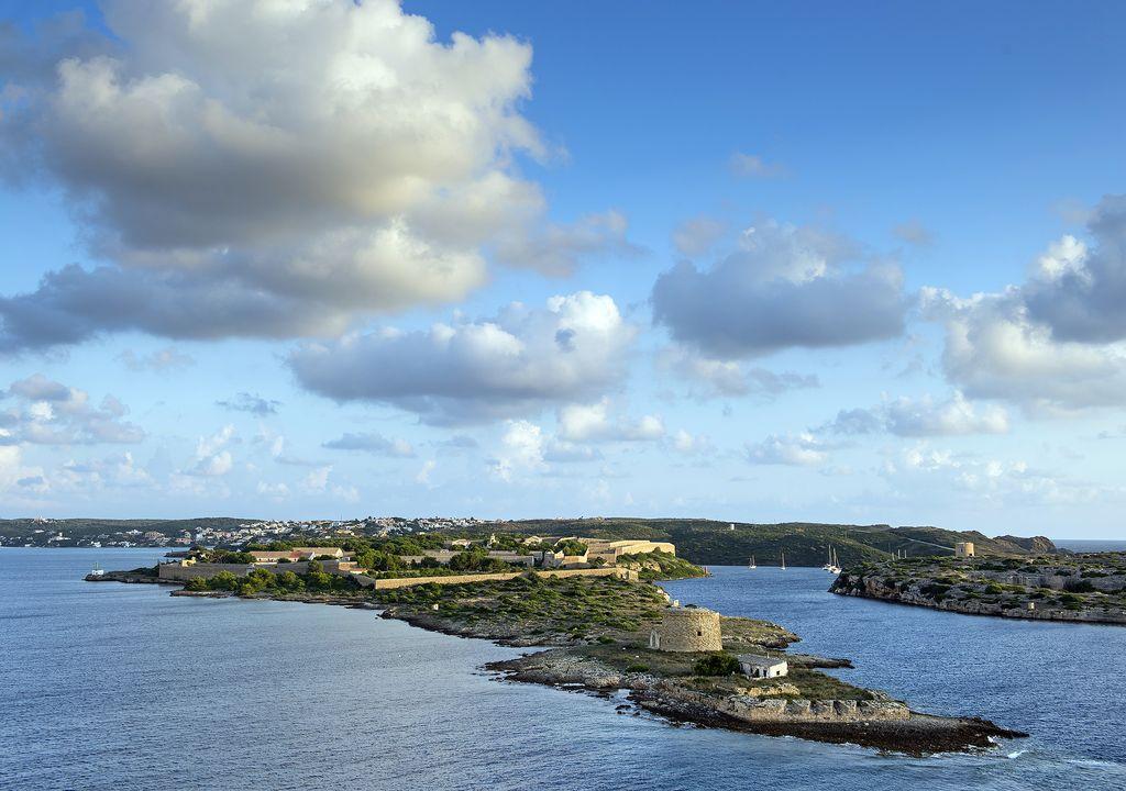 Entrada al puerto de Mahón, con sus fortalezas defensivas.