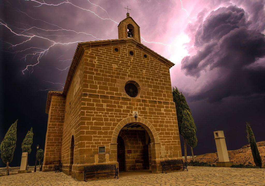 Ermita en Teruel bajo una tormenta