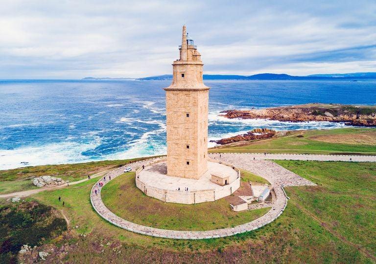 La Torre de Hércules, símbolo de la ciudad de La Coruña, construido en el siglo I de nuestra era, tiene el privilegio de ser el único faro romano y el más antiguo en funcionamiento del mundo.