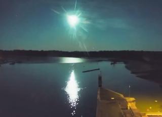 Frankreich: Feuerball erhellt den Himmel über der Bretagne!