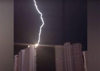 Un fulmine colpisce un grattacielo a Benidorm, in Spagna: il video