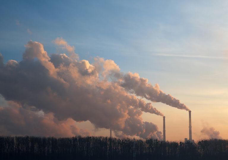 Industria emitiendo gases