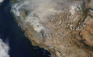 California sigue ardiendo por incendios causados por tormentas secas