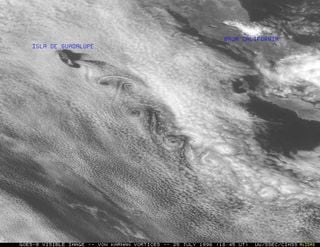 Calle de remolinos o vórtices de von Karman: fenómenos atmosféricos nubosos a sotavento de Islas (I - a)