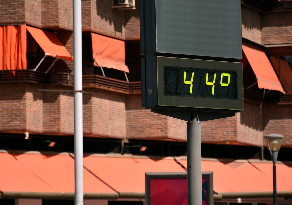 Termómetro registrando la alta temperatura del lugar