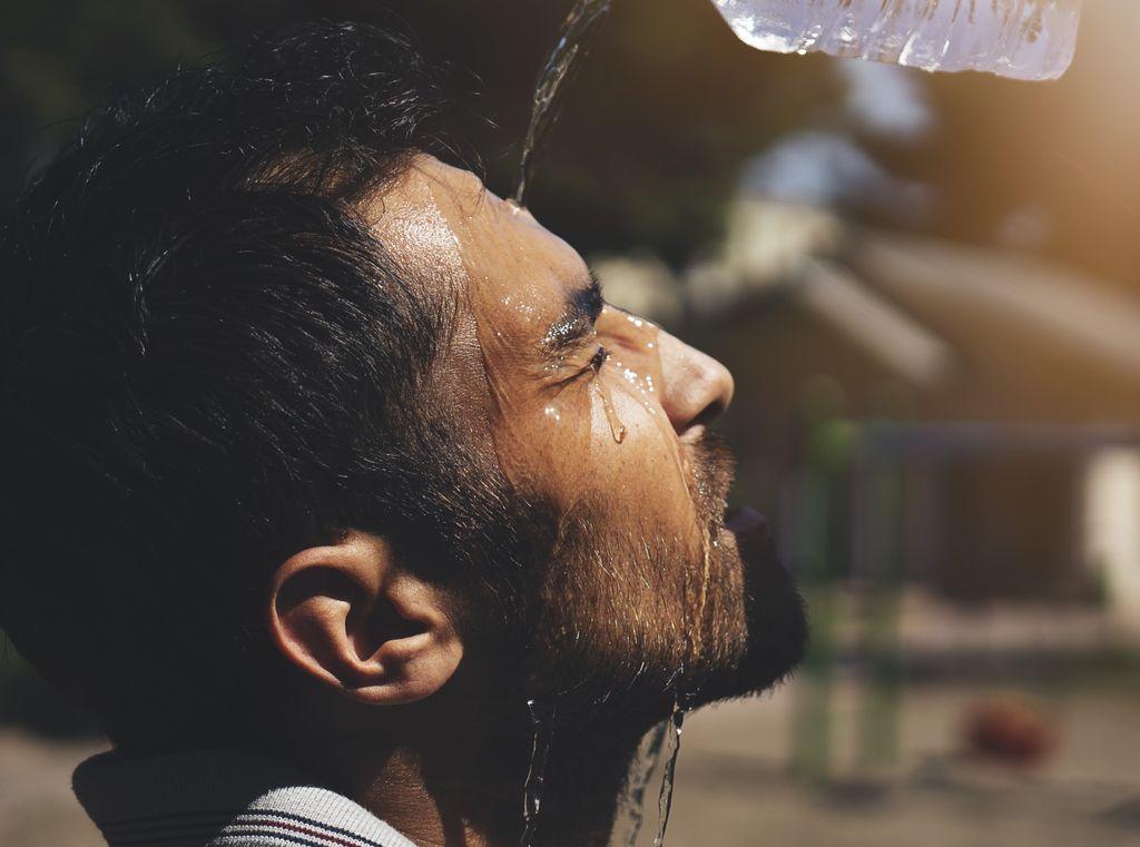 Hombre hidratándose