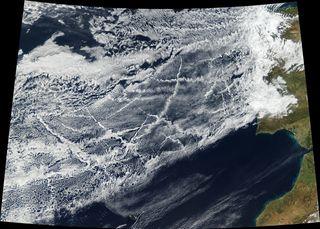 Cambios de las nubes en los pasillos ocupados por barcos