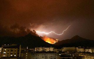 Caos de rayos, fuego y viento