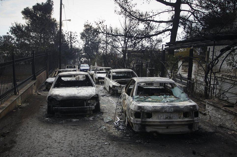 Van más de 60 muertos en Grecia por incendio forestal