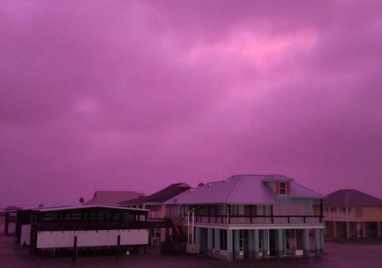 Céu lilás, tornados e destruição: Impactos do furacão Delta
