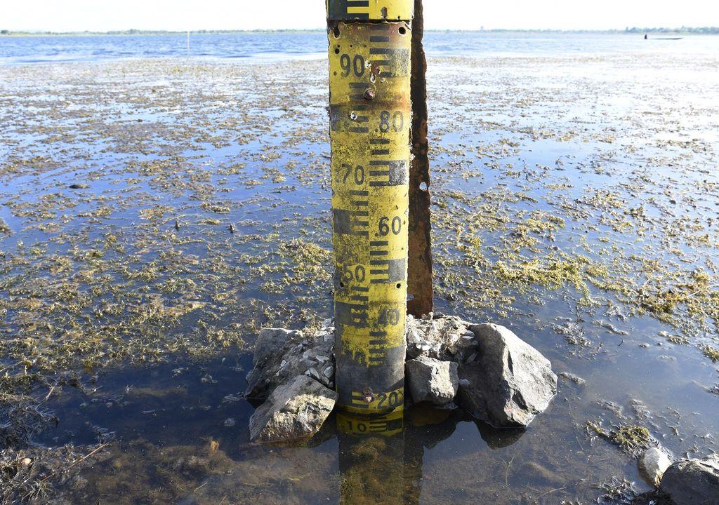 bajo nivel de agua en lago o río