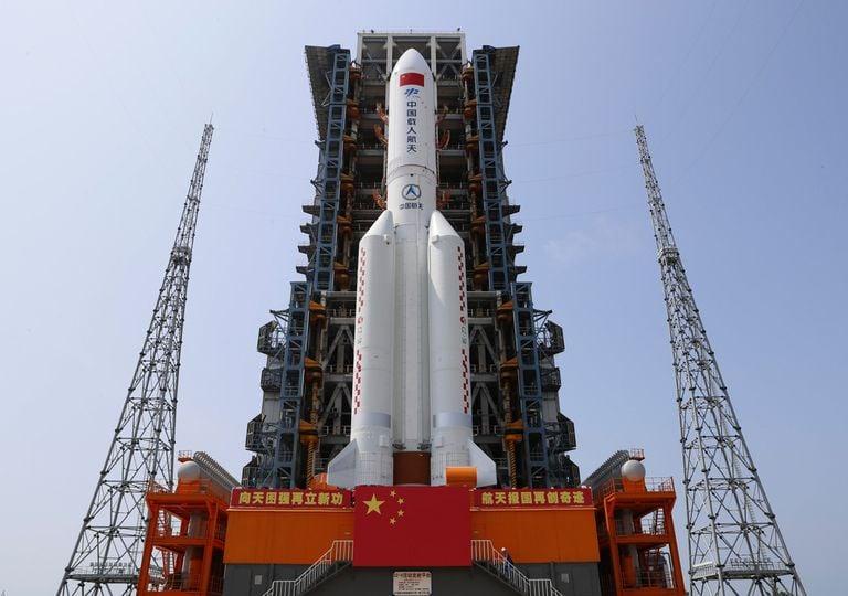 """Estación Espacial China """"Tianhe"""", en el cohete Long March-5B Y2"""