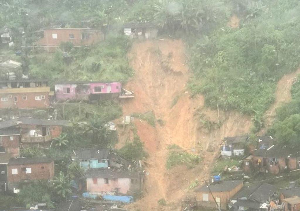 Deslizamento de terra no Guarujá causado pela chuva