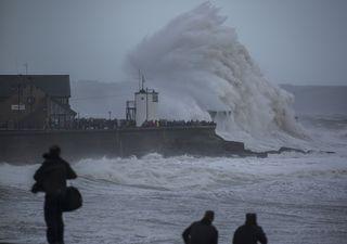 """Ciclone """"Dennis"""" da record: allerta maltempo in Islanda e Regno Unito"""