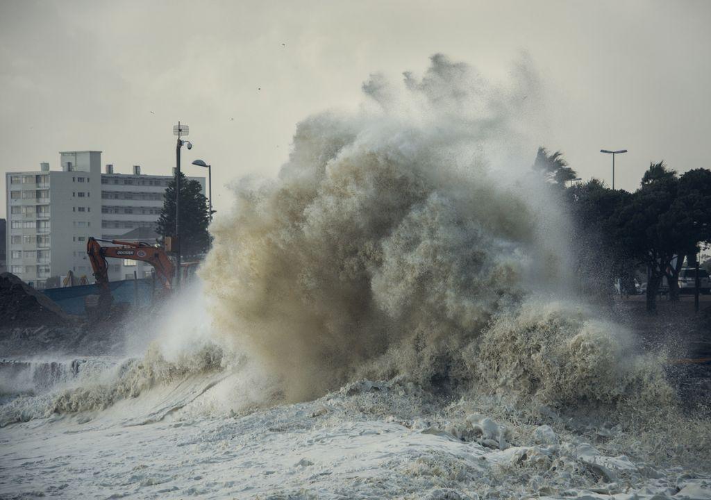 Onda forte batendo na orla marítima