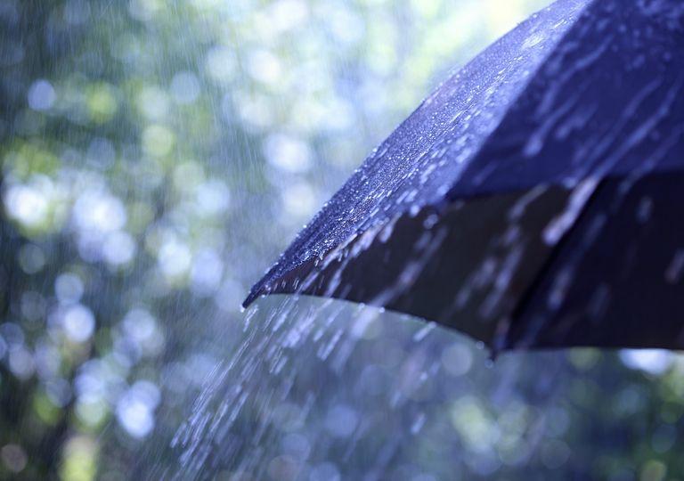 paragua oscuro con lluvia