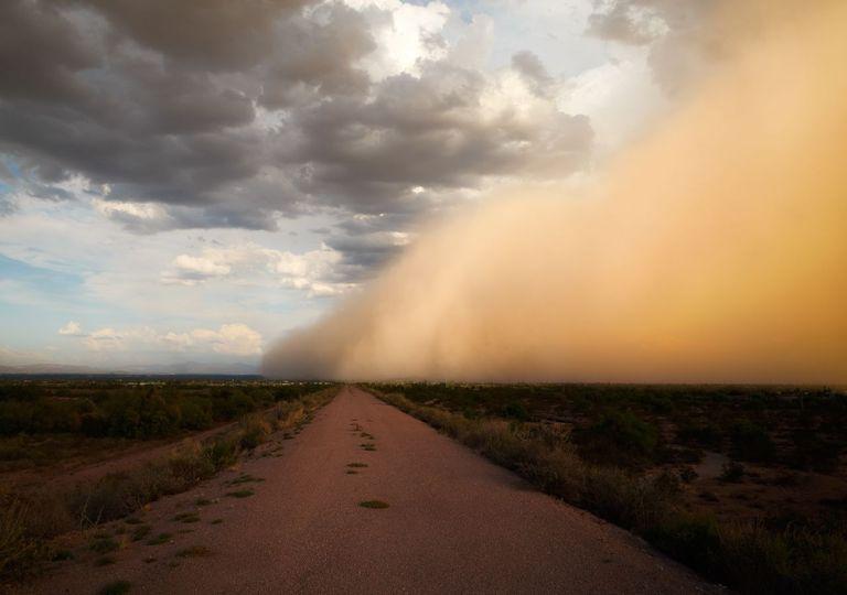 Tempestade de areia em área desértica.