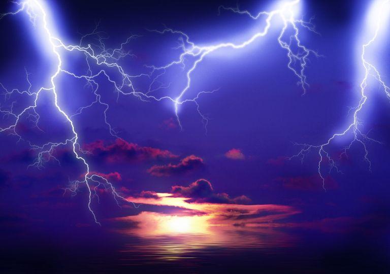 Destellos azules descargas eléctricas frías rayo tormenta