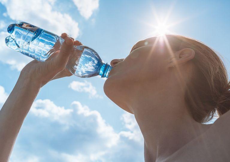 Mujer bebiendo agua en una botella