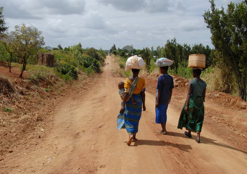 Mujeres africanas cargando cestas