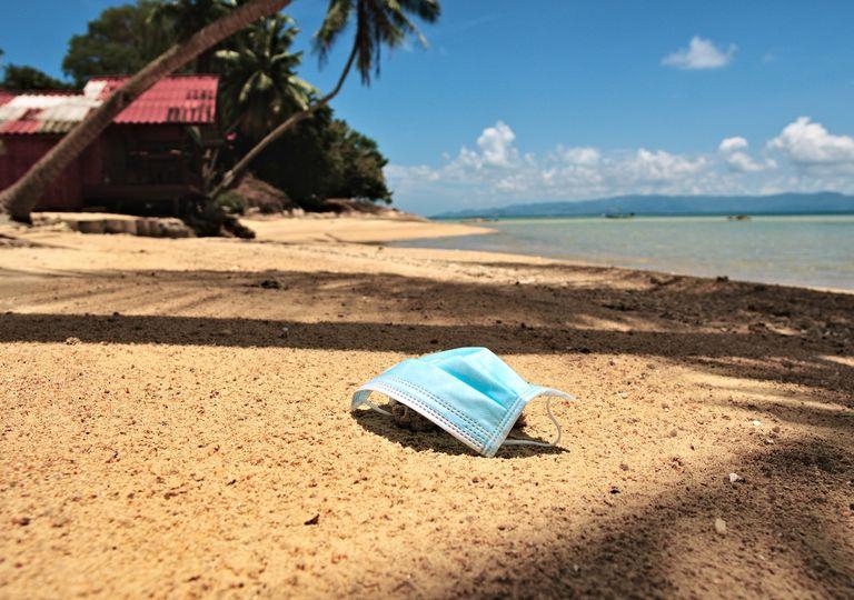 Mascarilla en playa paradisíaca