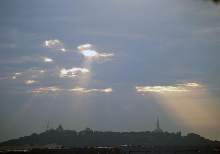 """""""Escaldachón"""", ráfaga fuerte de sol que surge a través de las nubes, en el Cerro de los Ángeles, Getafe, Madrid. el Cerro de los Ángeles, Getafe, Madrid."""