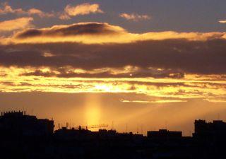 Pilar solar y las escaleras divinas, un espectáculo en el crepúsculo