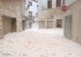 Espuma invade cidades da Espanha após passagem da tempestade Gloria